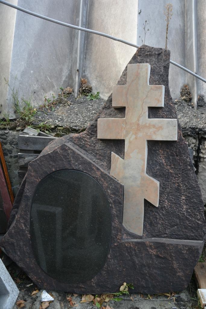 Памятник скала с крестом Шар. Дымовский гранит Каргополь